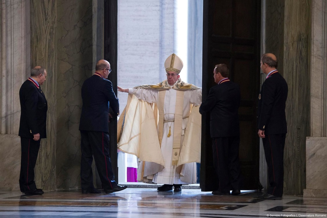 pope francis opens holy door 2015